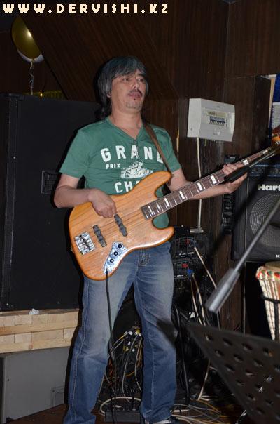 Ермек Дияров, бас-гитара, электро-гитара, перкуссия
