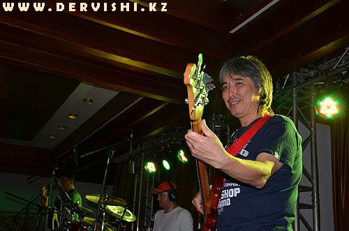 Ермек Дияров - высокопрофессиональное владение музыкальными инструментами